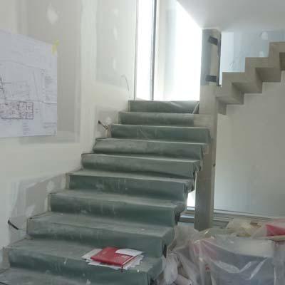 escalier moderne en béton en construction